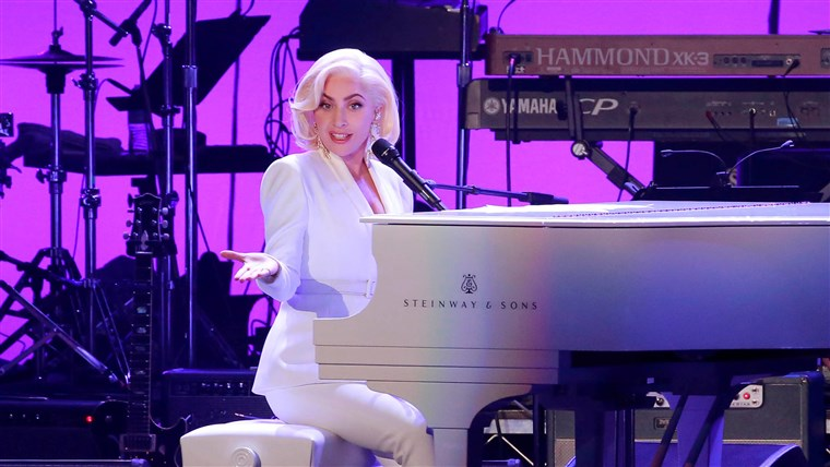 Immagine: Lady Gaga performs for the five former U.S. presidents, Jimmy Carter, George H.W. Bush, Bill Clinton, George W. Bush, and Barack Obama during a concert at Texas A&M University benefiting hurricane relief efforts in College Station