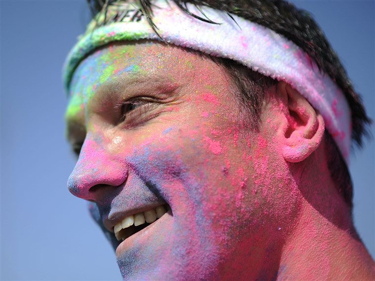 ハノーバー、 GERMANY - JULY 07: A partcipiant covered in colored powder during the Color Run at the Hanover Fairgrounds on July 7, 2013 in Hanover, Germa...