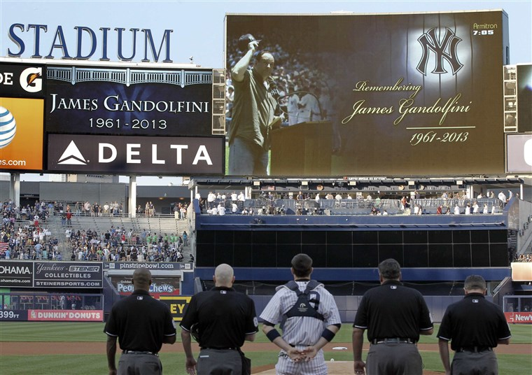Gambar: A moment of silence is observed for actor James Gandolfini by the New York Yankees.