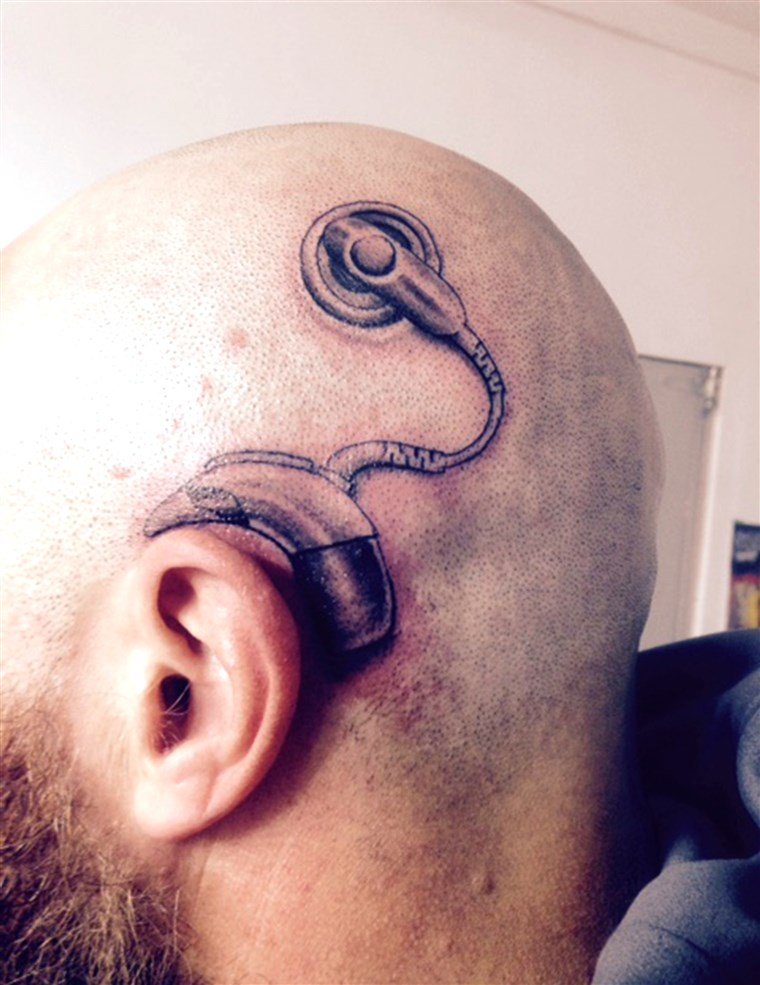 Nuovo Zealand dad gets tattoo of a cochlear implant, to match the one his daughter was about get.