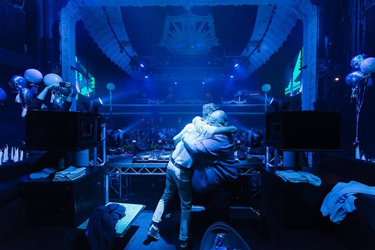 숀 O'Brien hugs DJ Tropicool