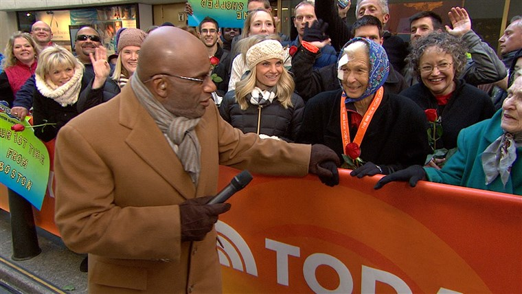 영상: Al Roker talks with Joy Johnson on the plaza