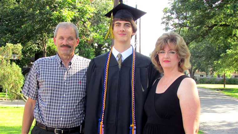 なぜ、 hello down there Mom and Dad: Kenny Litvik, Evan Litvik, and Amie Litvik at Evan's high school graduation.
