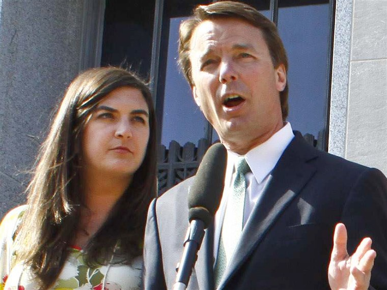 전자 U.S. Senator John Edwards makes a statement after a jury verdict at the federal courthouse in Greensboro, N.C., on May 31, 2012. His daughter Cate Edwards stands beside him.