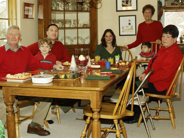 그만큼 Parker family of Pontiac, Mich., is shown on Christmas Day 2010, minutes before the clear glass baking dish at the head of the table shattered into hundreds of shards, according to Debbie Parker. Parker, standing, said she found glass pieces three feet away under the Christmas tree.
