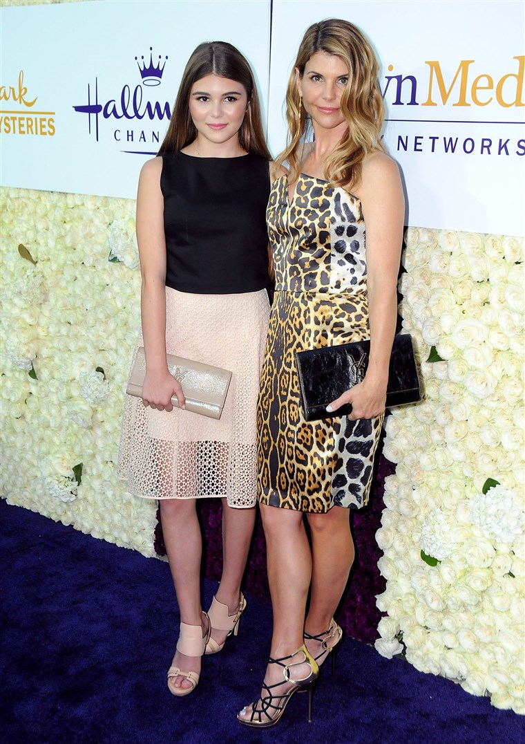 Aktris Lori Loughlin (R) and daughter Olivia Jade Giannulli attend the 2015 Summer TCA Tour.