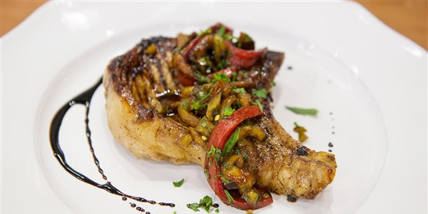 순경 Flay's Grilled Balsamic Pork Chops with Peppers