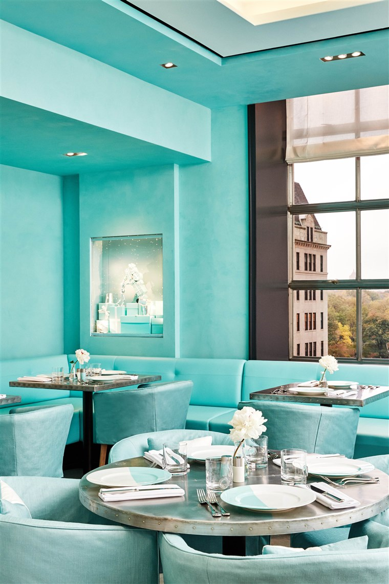 Il restaurant is decked out in the jeweler's signature robin's egg blue color.