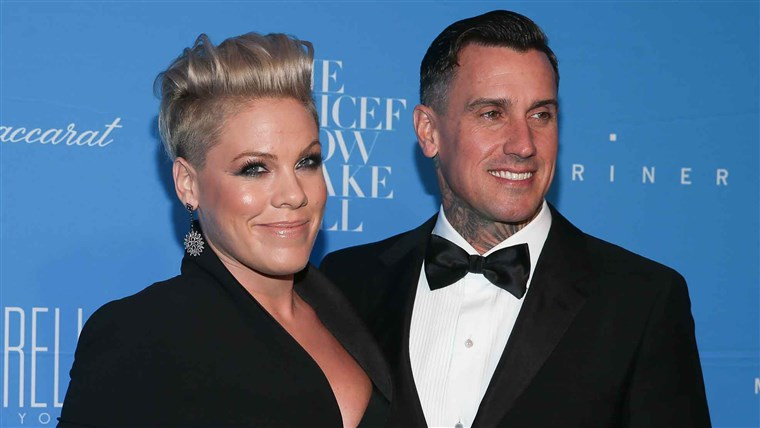 담홍색 and Carey Hart