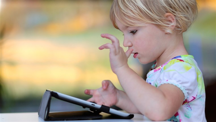 Bambino playing with a tablet