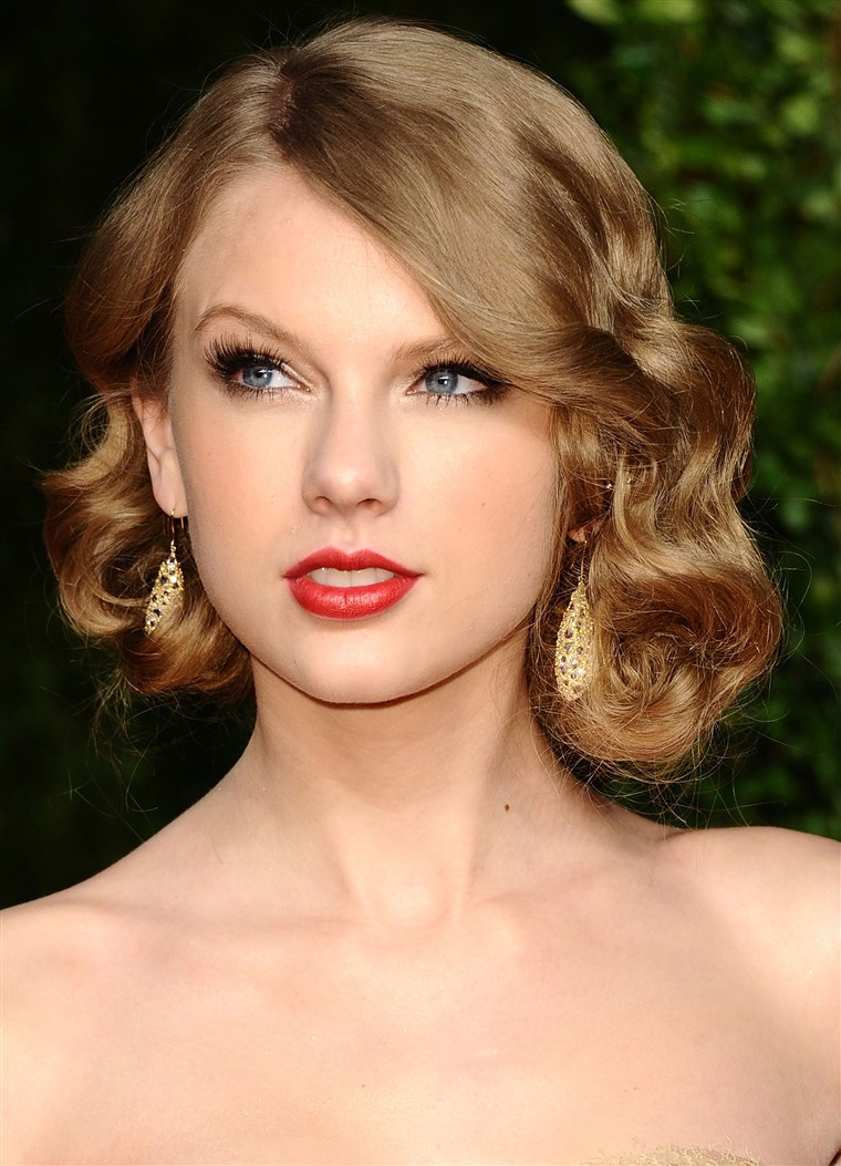 Cantante Taylor Swift arrives at the Vanity Fair Oscar party hosted by Graydon Carter held at Sunset Tower on February 27, 2011
