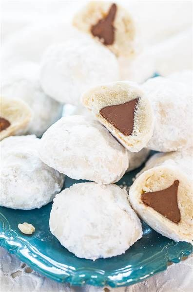 クリスマス cookies: Chocolate Kiss powder puff cookies