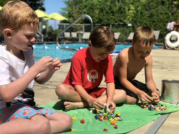 Più-Plus toys kept second-grade friends Aiden, Christopher and Will entertained--without screens--while their siblings were in swim lessons.